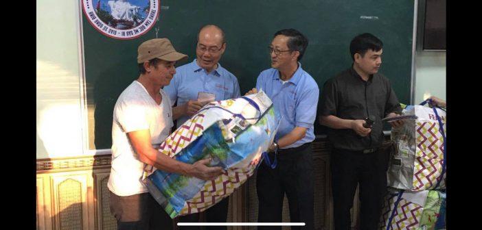 iLazaro Charity & Đức TGM Ngô Quang Kiệt Phát Qùa Noel Tại Ninh Bình